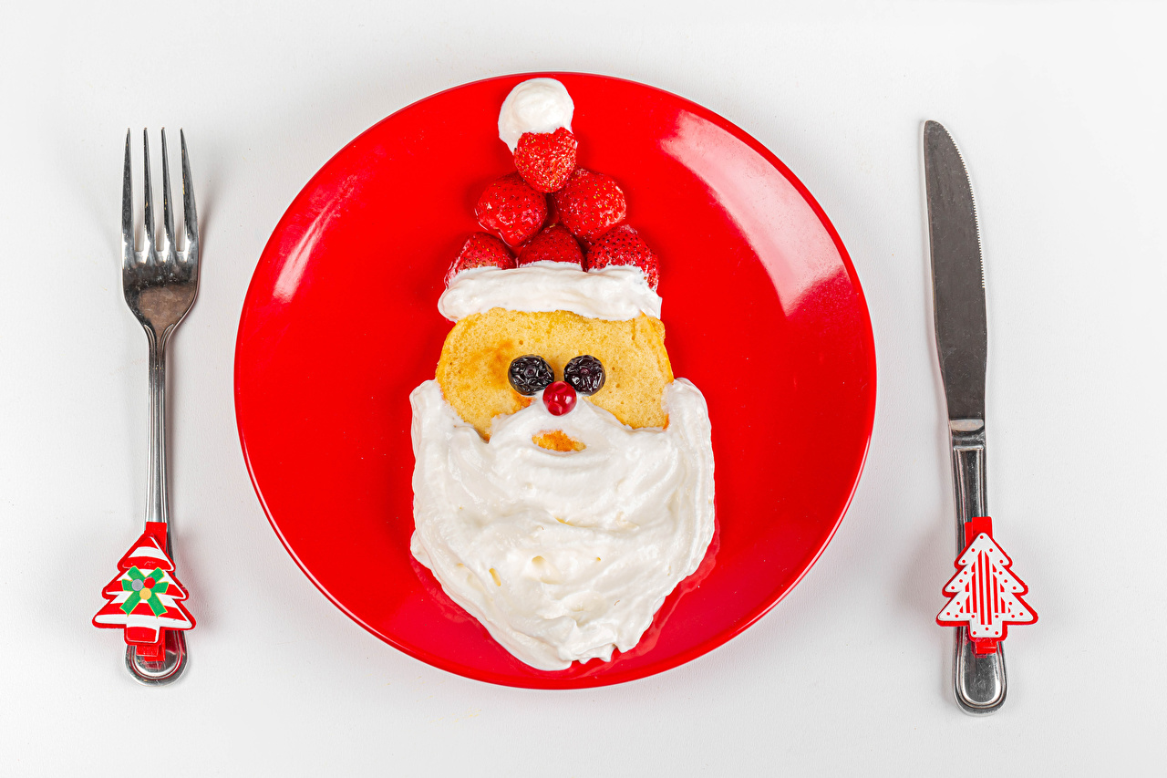 Foto Neujahr Messer Saure Sahne Eierkuchen Tannenbaum Weihnachtsmann Erdbeeren Teller Essgabel Lebensmittel Weißer hintergrund Design Sauerrahm Christbaum Weihnachtsbaum Gabel das Essen