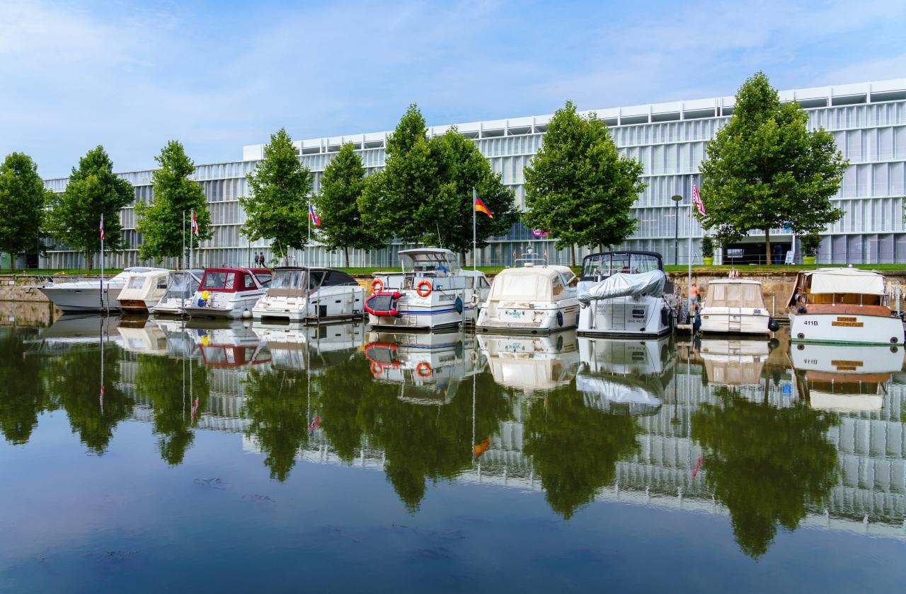 Foto Duitsland Wilhelmskanal in Heilbronn Kanaal waterweg Motorboot aanlegsteiger Steden gebouwen ligplaats Jachthaven gebouw Huizen een stad