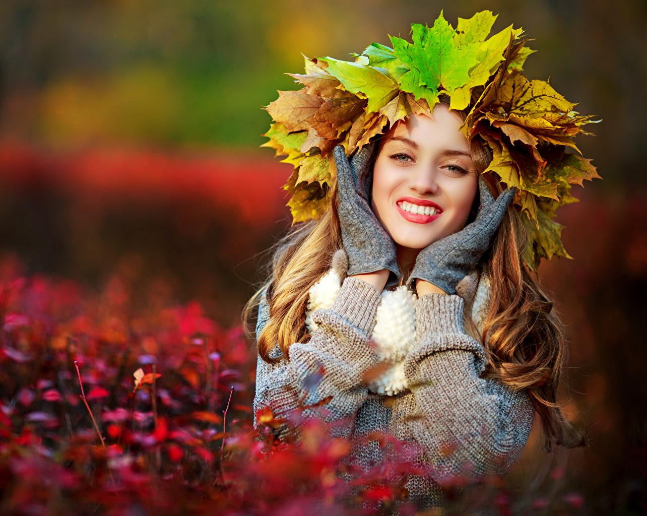 Bilder von Blattwerk Lächeln Handschuh Bokeh Kranz Herbst Mädchens Hand Blick Blatt unscharfer Hintergrund junge frau junge Frauen Starren