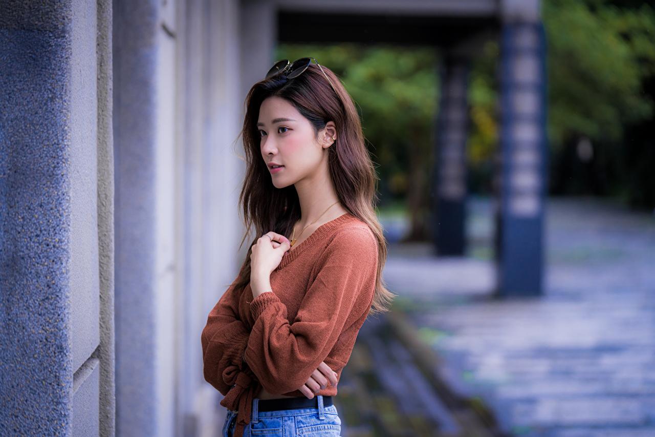 Desktop Hintergrundbilder Braunhaarige Mädchens Asiaten Sweatshirt Hand Blick Braune Haare junge frau junge Frauen Asiatische asiatisches Starren