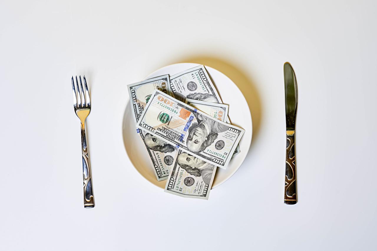 Skrivebordsbakgrunn Dollar Sedler kniven Penger Gaffel Tallerken Grå bakgrunn Kniv