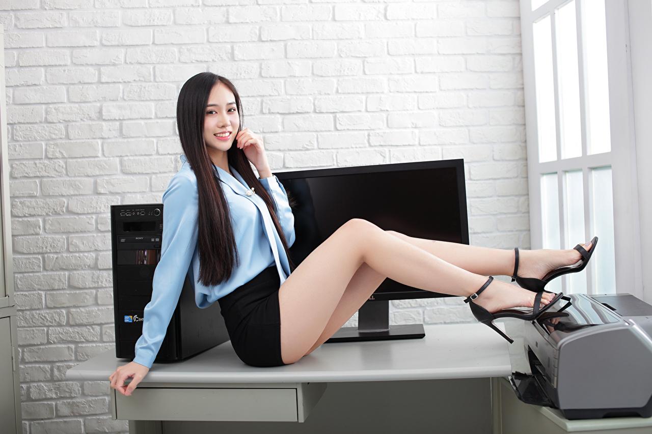 Fotos von Rock Sekretärinen Lächeln Schön Bluse Mädchens Bein asiatisches Sitzend Blick Büro schöne hübsch schönes schöner hübsche hübscher junge frau junge Frauen Asiaten Asiatische sitzt sitzen Starren
