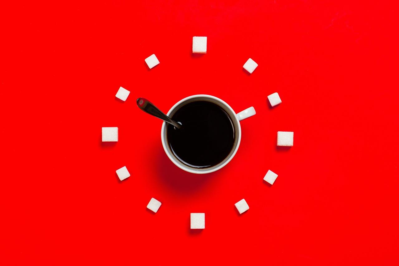 Desktop Hintergrundbilder Uhr Kaffee Zucker Becher das Essen Roter Hintergrund Lebensmittel
