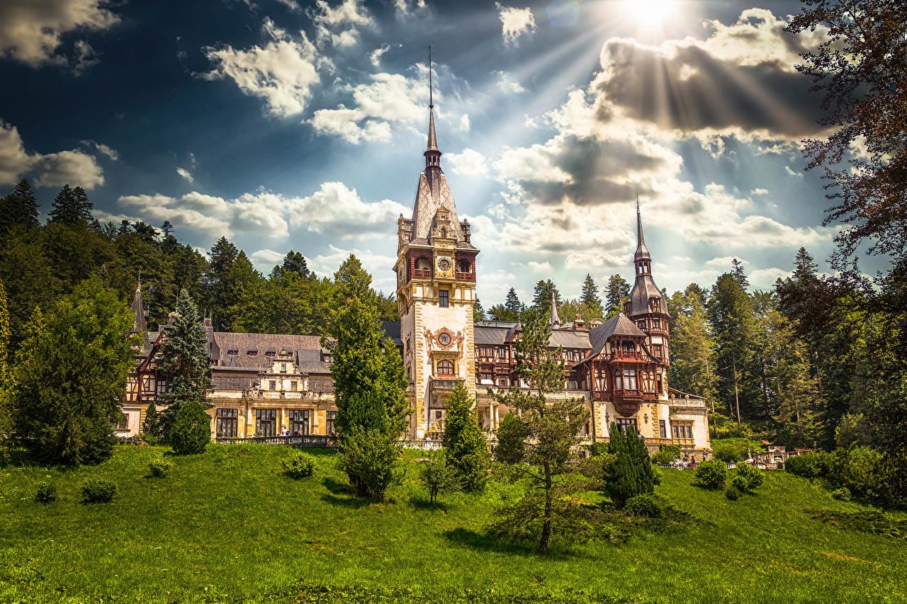 Фотографии Румыния башни Peleș Castle Замки Солнце Природа облачно Башня замок солнца Облака облако