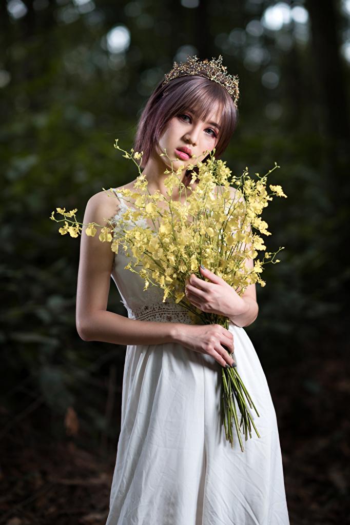 Foto Krone Blumensträuße junge Frauen Asiaten Hand Blick Kleid  für Handy Sträuße Mädchens junge frau Asiatische asiatisches Starren
