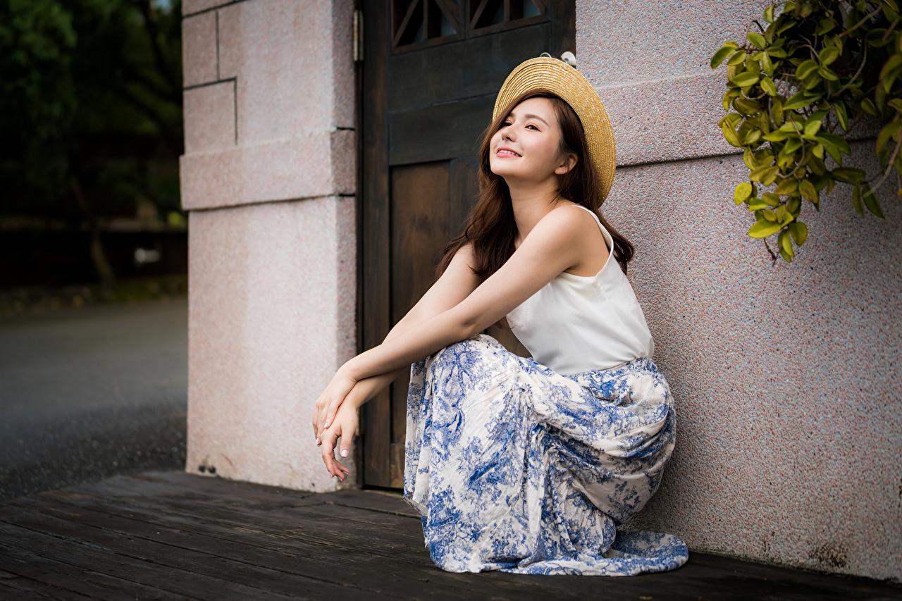 Foto Lächeln Der Hut Mädchens Asiatische Sitzend junge frau junge Frauen Asiaten asiatisches sitzt sitzen