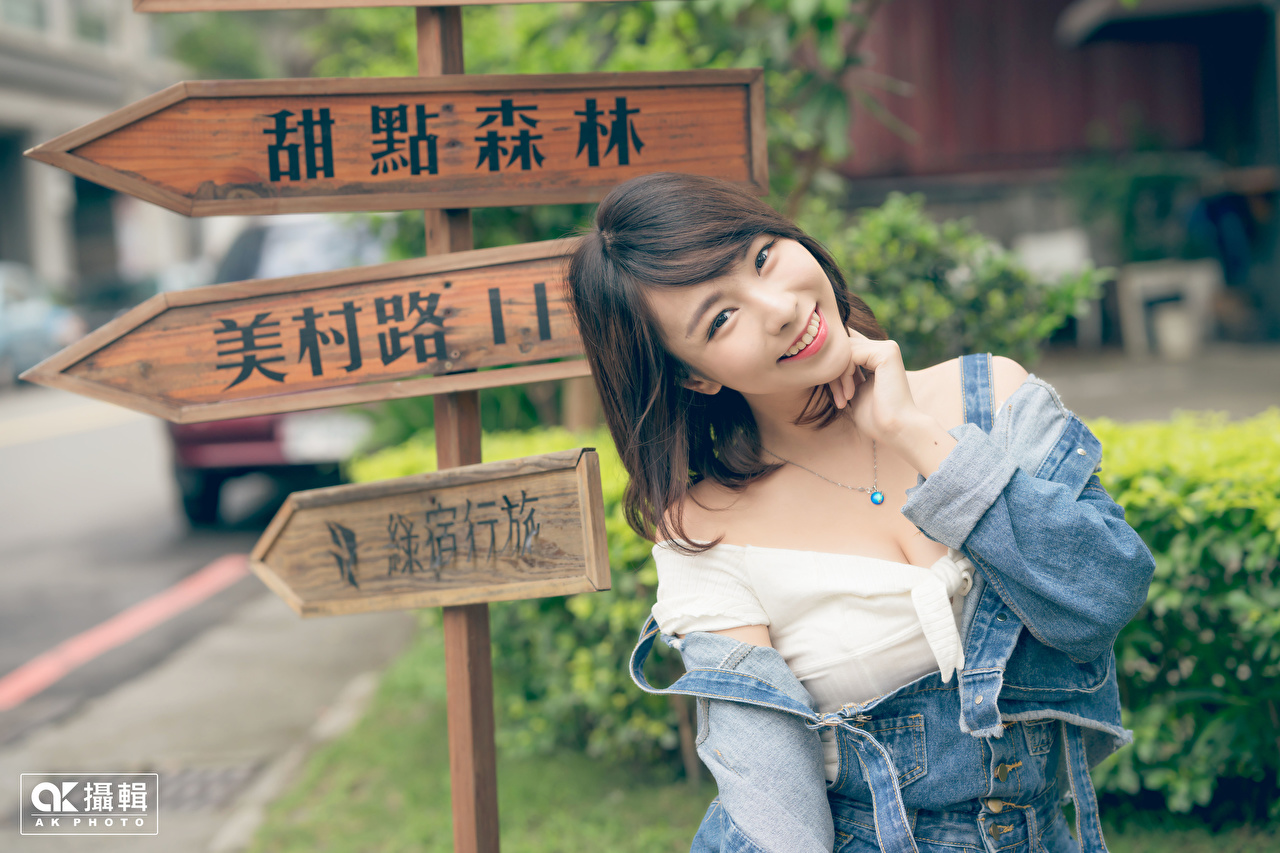 Picture Brunette girl Chinese Smile Girls Asiatic lettering Hands Staring female young woman text Asian Word - Lettering Glance