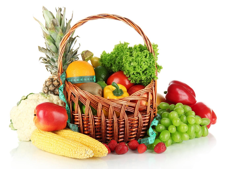 Desktop Hintergrundbilder Kukuruz Äpfel Erdbeeren Weintraube Weidenkorb Obst Gemüse Paprika Lebensmittel Weißer hintergrund Mais Trauben das Essen