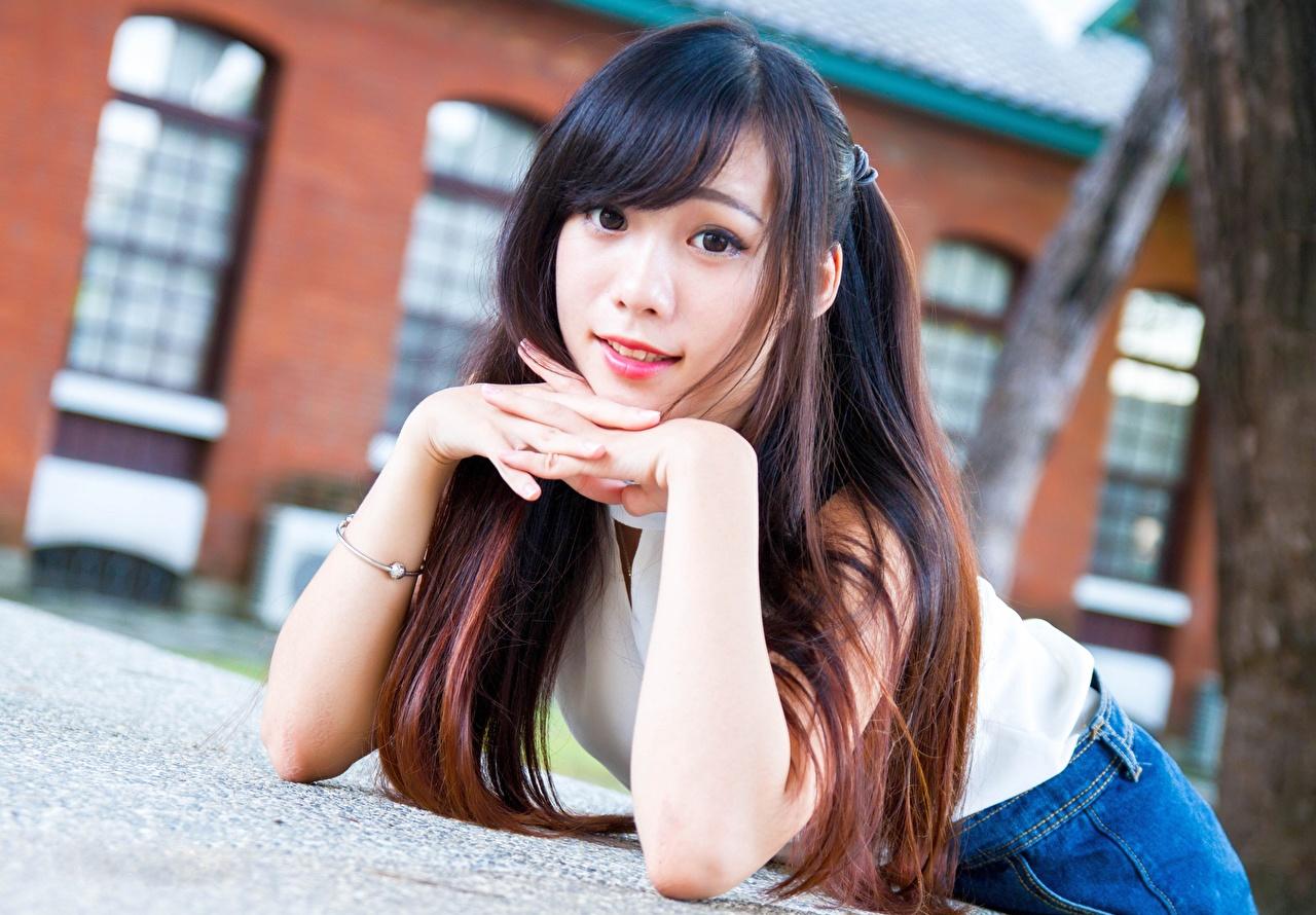 Fotos Braune Haare hinlegen Bokeh junge Frauen asiatisches Hand Starren Braunhaarige Liegt ruhen Liegen unscharfer Hintergrund Mädchens junge frau Asiaten Asiatische Blick