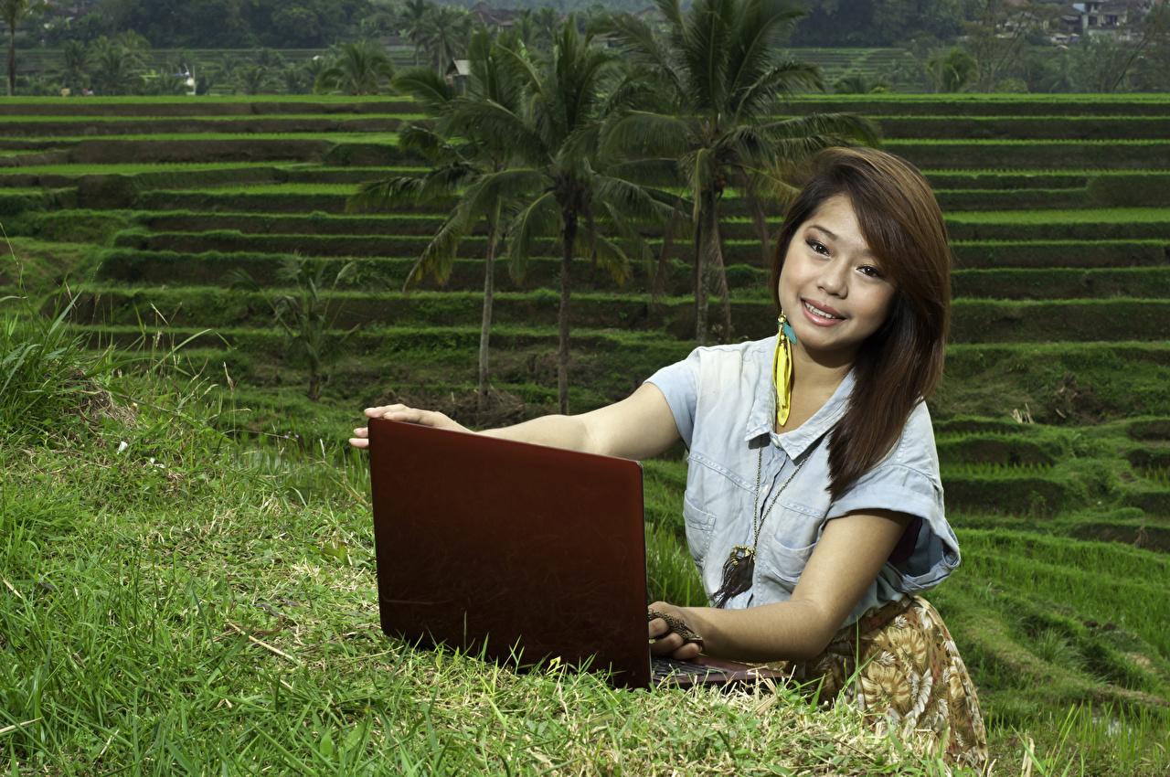 Bilder von Notebook Braune Haare Lächeln Mädchens Asiatische Starren Braunhaarige Blick