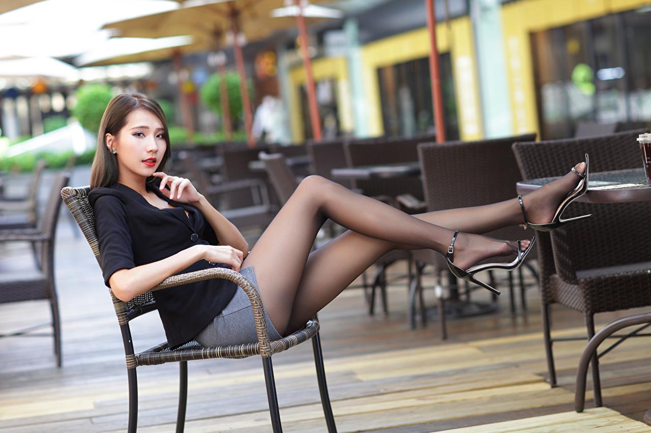 Bilder von unscharfer Hintergrund junge frau Bein Asiatische sitzt Stühle Starren Bokeh Mädchens junge Frauen Asiaten asiatisches Stuhl sitzen Sitzend Blick
