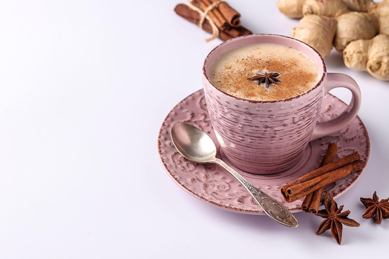 Afbeelding Koffie Steranijs Cappuccino Kaneel spijs Schuim Een kopje Een lepel Een schotel Voedsel