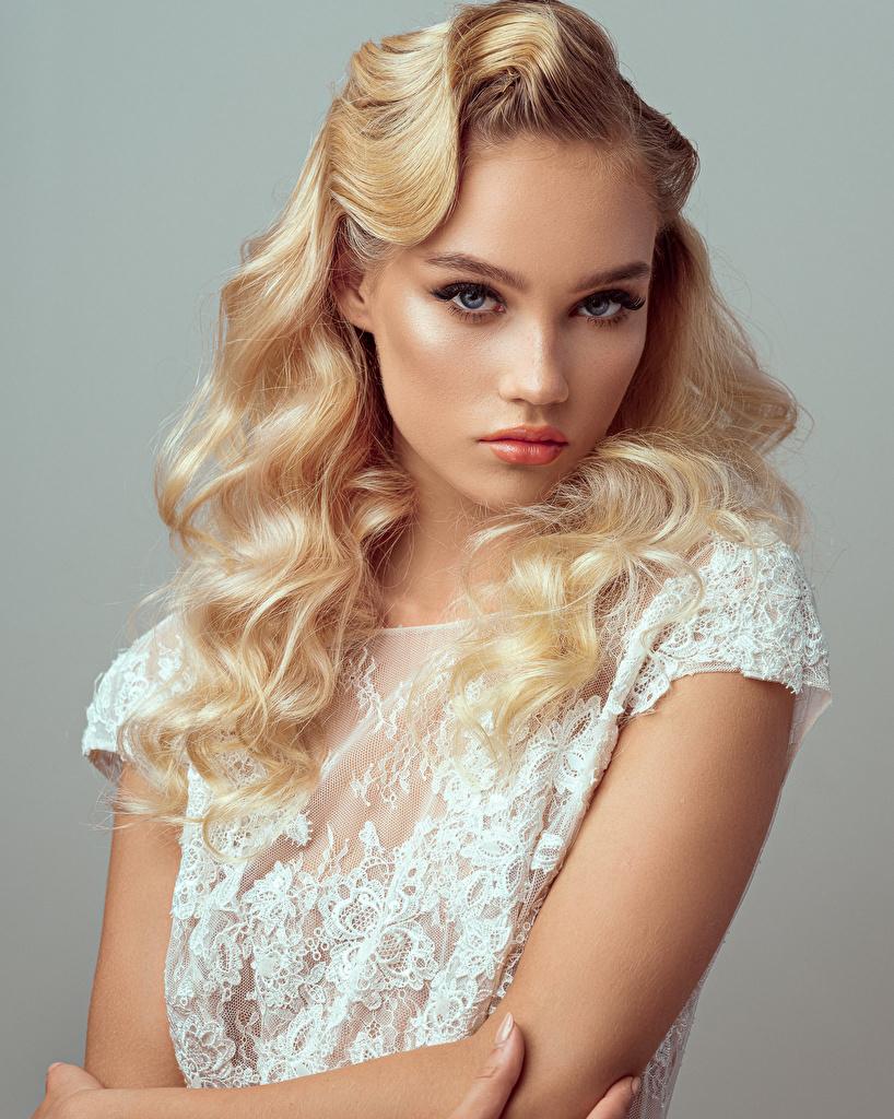 Bilder Blond Mädchen Model Evelina Frisur junge Frauen Starren Grauer Hintergrund  für Handy Blondine Frisuren Mädchens junge frau Blick