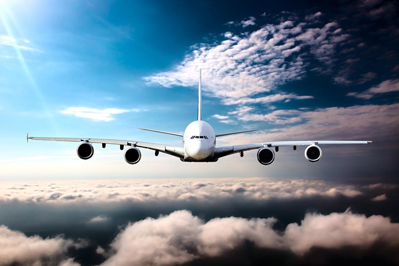 Desktop Hintergrundbilder Flugzeuge Verkehrsflugzeug Flug Vorne Wolke Luftfahrt