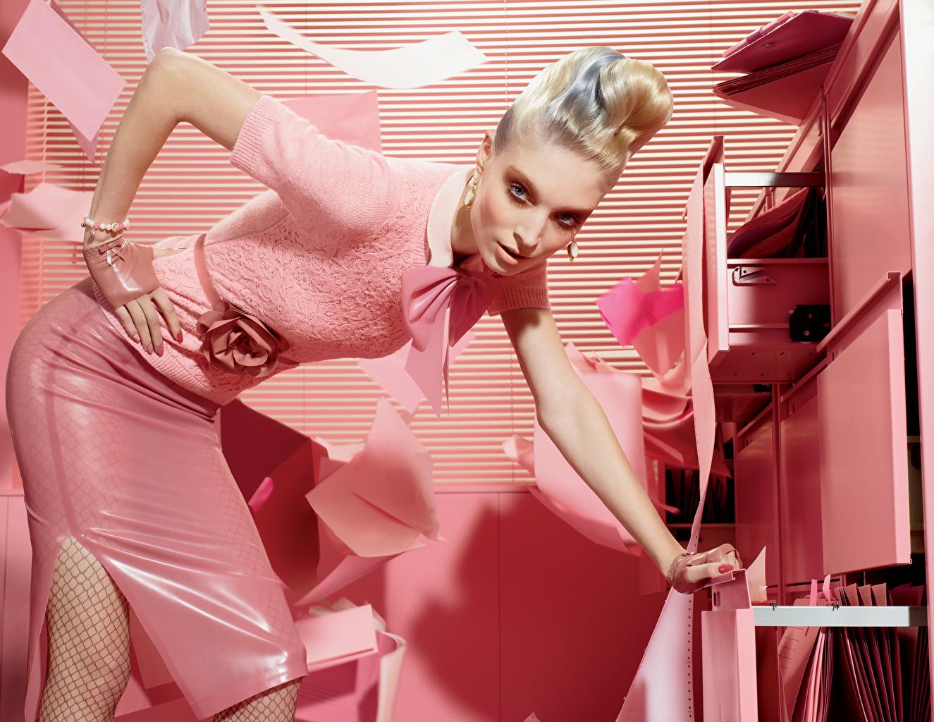 Fotos von Blond Mädchen Pose Mädchens Rosa Farbe Hand Glamour Starren Blondine posiert junge frau junge Frauen Blick