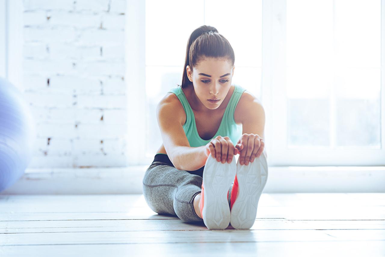 Foto Dehnübungen Schuhsohle Fitness junge frau Bein Hand Sitzend Dehnübung Mädchens junge Frauen sitzt sitzen