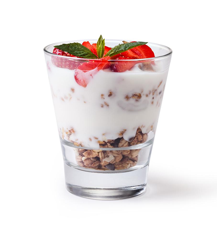 Fotos Joghurt Trinkglas Erdbeeren Müsli Lebensmittel Weißer hintergrund das Essen