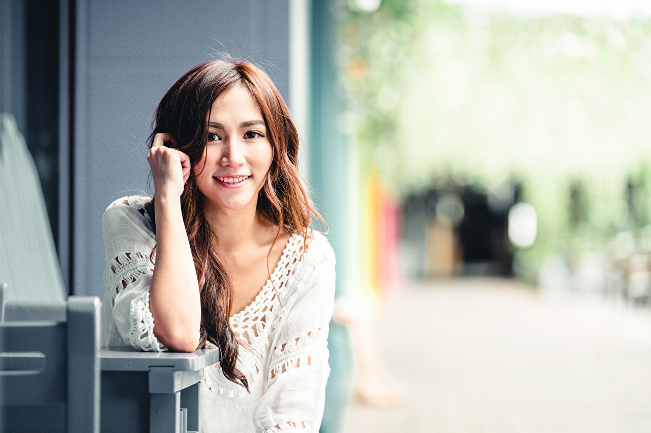 Fotos Braunhaarige Lächeln Bokeh junge Frauen asiatisches Hand Blick Braune Haare unscharfer Hintergrund Mädchens junge frau Asiaten Asiatische Starren