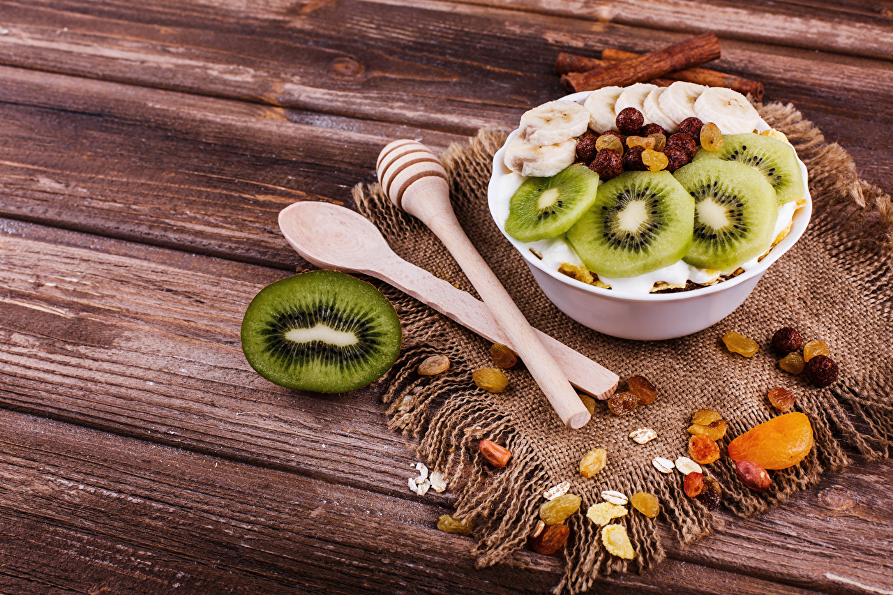 Fotos von Rosinen Frühstück Kiwi Müsli Löffel Lebensmittel Bretter Kiwifrucht Chinesische Stachelbeere