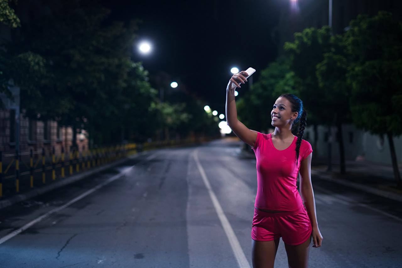 Fotos von Brünette Selfie Lächeln Smartphone Sport Mädchens Unterhemd Nacht