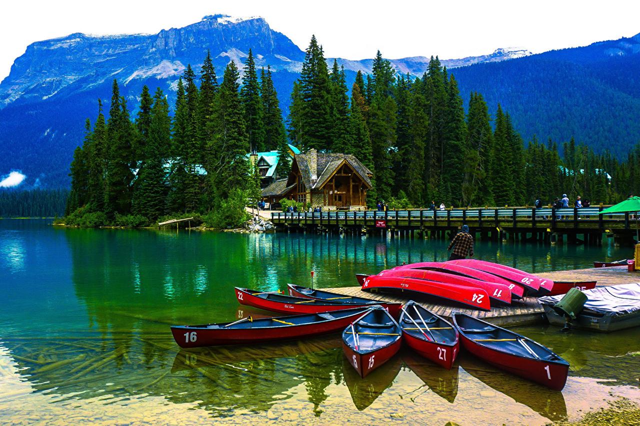 Fotos von Kanada Emerald Lake Yoho National Park Natur Fichten Gebirge See Boot Bootssteg Haus Seebrücke Schiffsanleger Gebäude