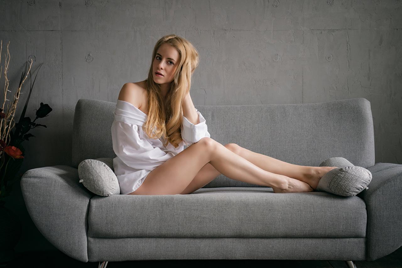 Fotos Blondine Crissi Hemd Mädchens Bein Sofa sitzt Blick Blond Mädchen junge frau junge Frauen Couch sitzen Sitzend Starren