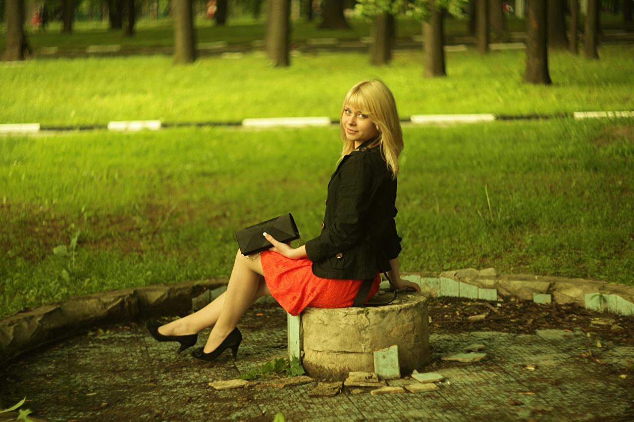 Bilder Kjol Blond tjej Unga kvinnor Gräset Dam klackar ung kvinna