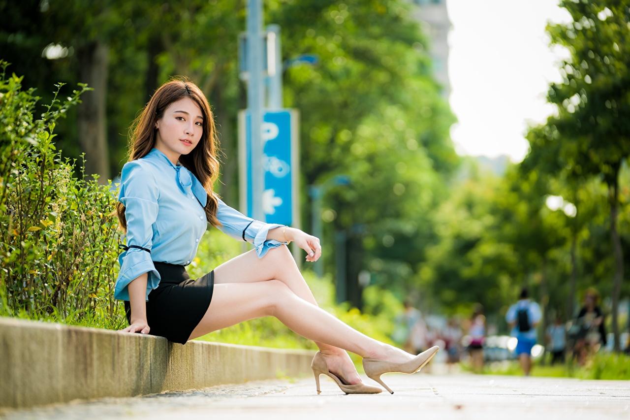Fotos von junge frau Rock Braunhaarige Bokeh Bluse Bein Asiatische Sitzend High Heels Mädchens junge Frauen Braune Haare unscharfer Hintergrund Asiaten asiatisches sitzt sitzen Stöckelschuh