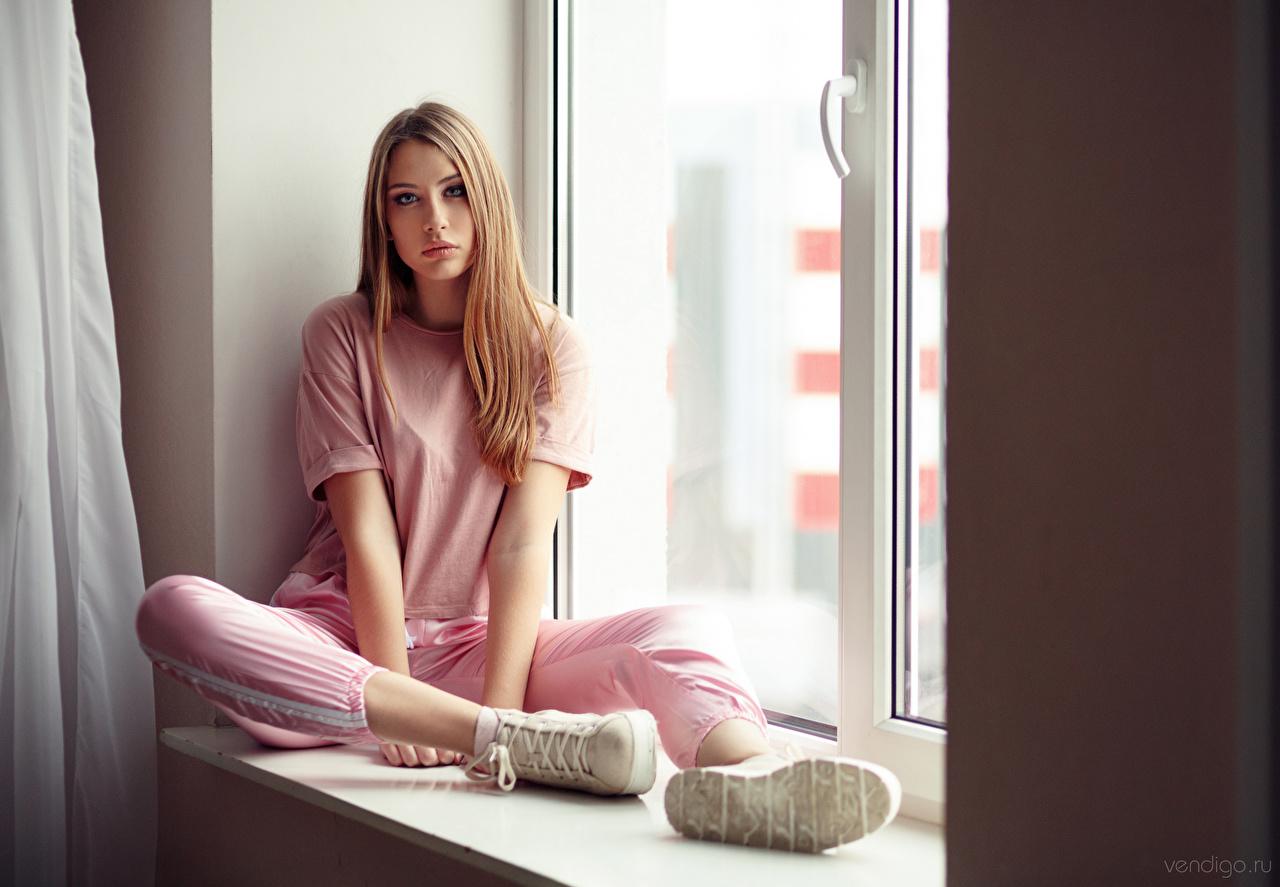 Bilder von Schuhsohle Anna, Evgeniy Bulatov T-Shirt junge Frauen Fenster Sitzend Blick Mädchens junge frau sitzt sitzen Starren