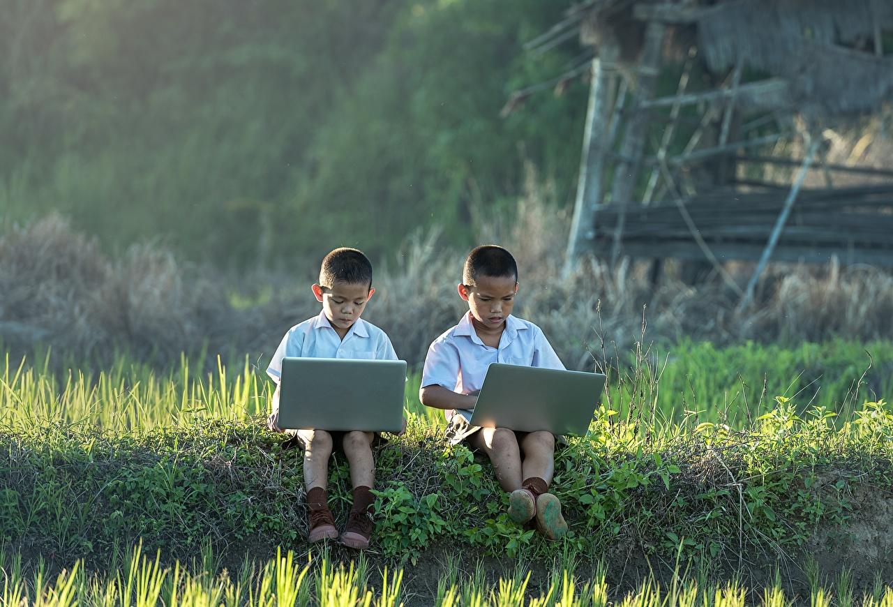Hintergrundbilder Notebook jungen kind 2 Asiatische Gras sitzt Junge Kinder Zwei sitzen Sitzend