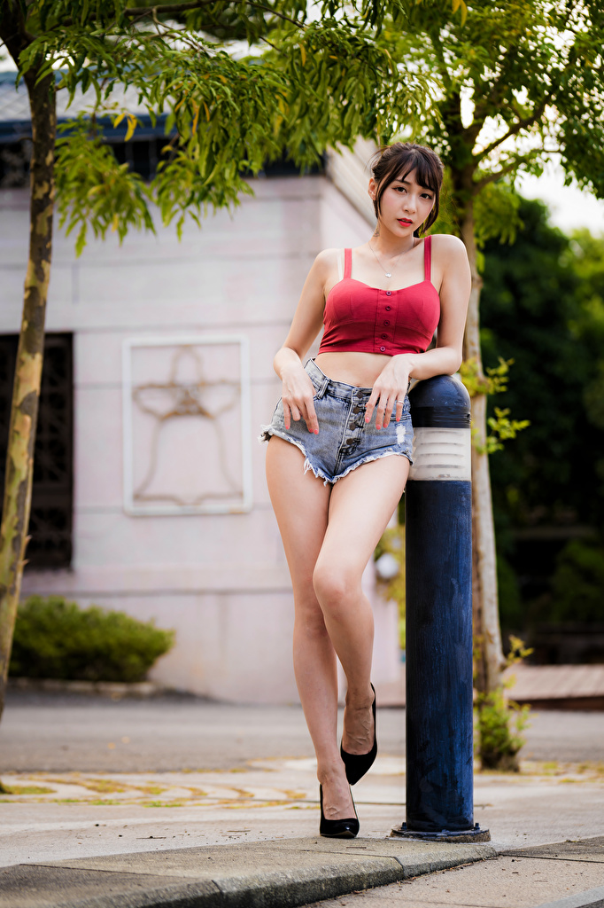 Photo Pose female Legs Asian Sleeveless shirt Shorts Glance  for Mobile phone posing Girls young woman Singlet Asiatic Staring