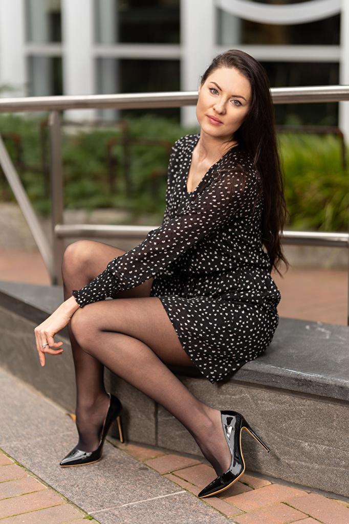 Bilder von Natalia Larioshina junge Frauen Bein sitzen Blick Kleid Stöckelschuh  für Handy Mädchens junge frau sitzt Sitzend Starren High Heels