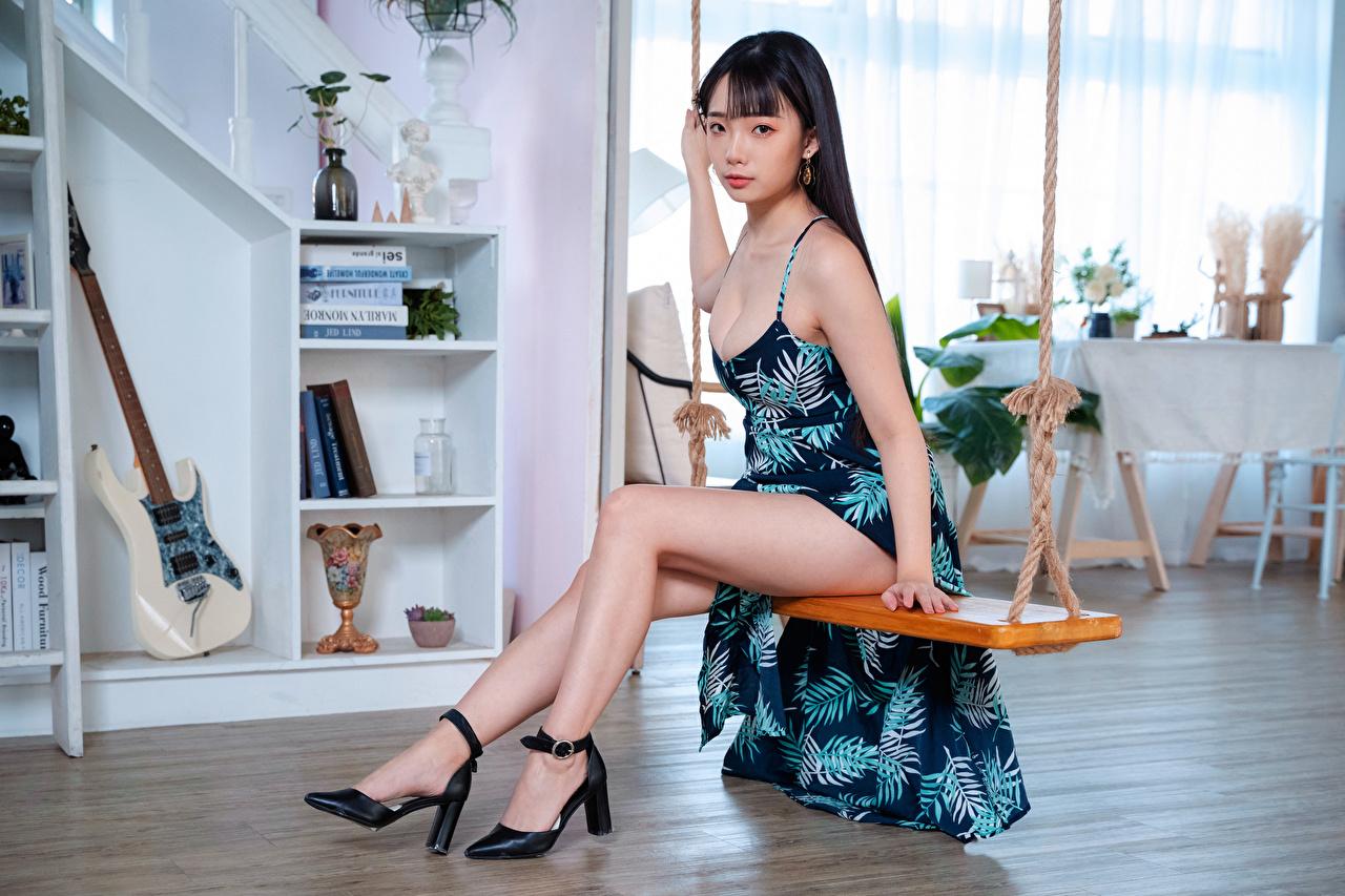 Foto Schaukel Mädchens Bein asiatisches Sitzend Starren Kleid junge frau junge Frauen Asiaten Asiatische sitzt sitzen Blick