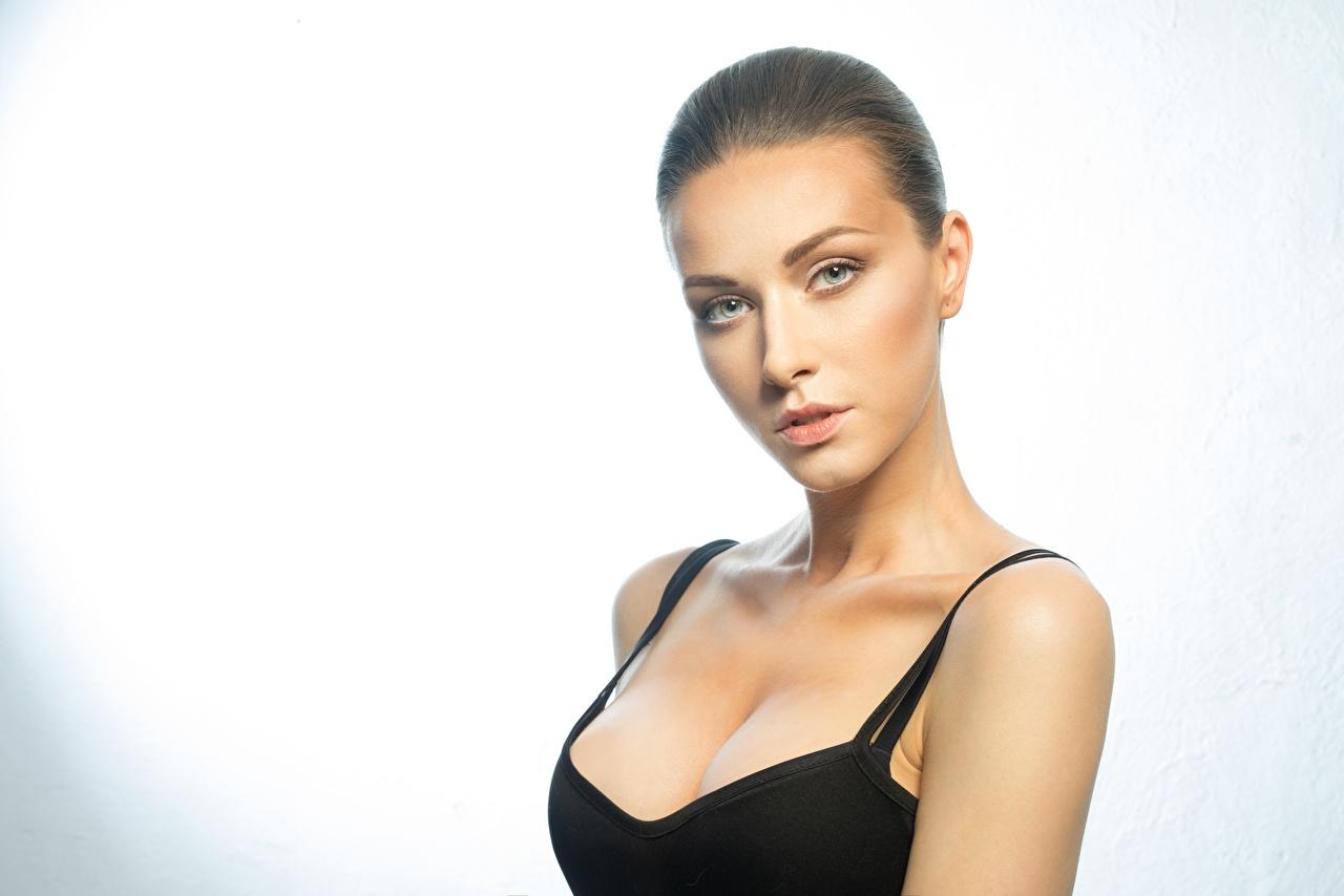 Bilder på skrivbordet Fotomodell makeup Vackra Dekolletage Unga kvinnor ser Smink vacker urringning ung kvinna Blick
