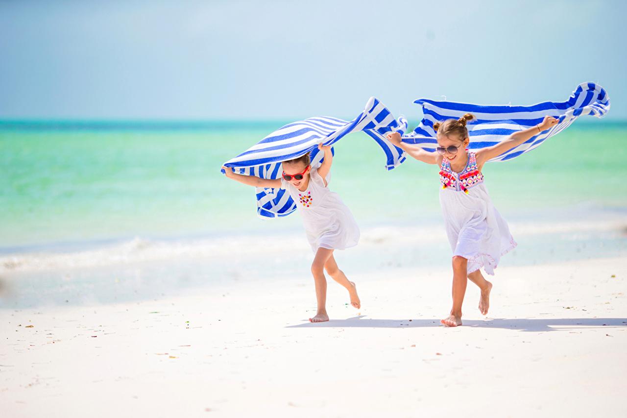 7e2f274303 Fotos Kleine Mädchen Lauf Kinder Strand 2 Brille Handtuch Laufen Laufsport  kind Strände Zwei