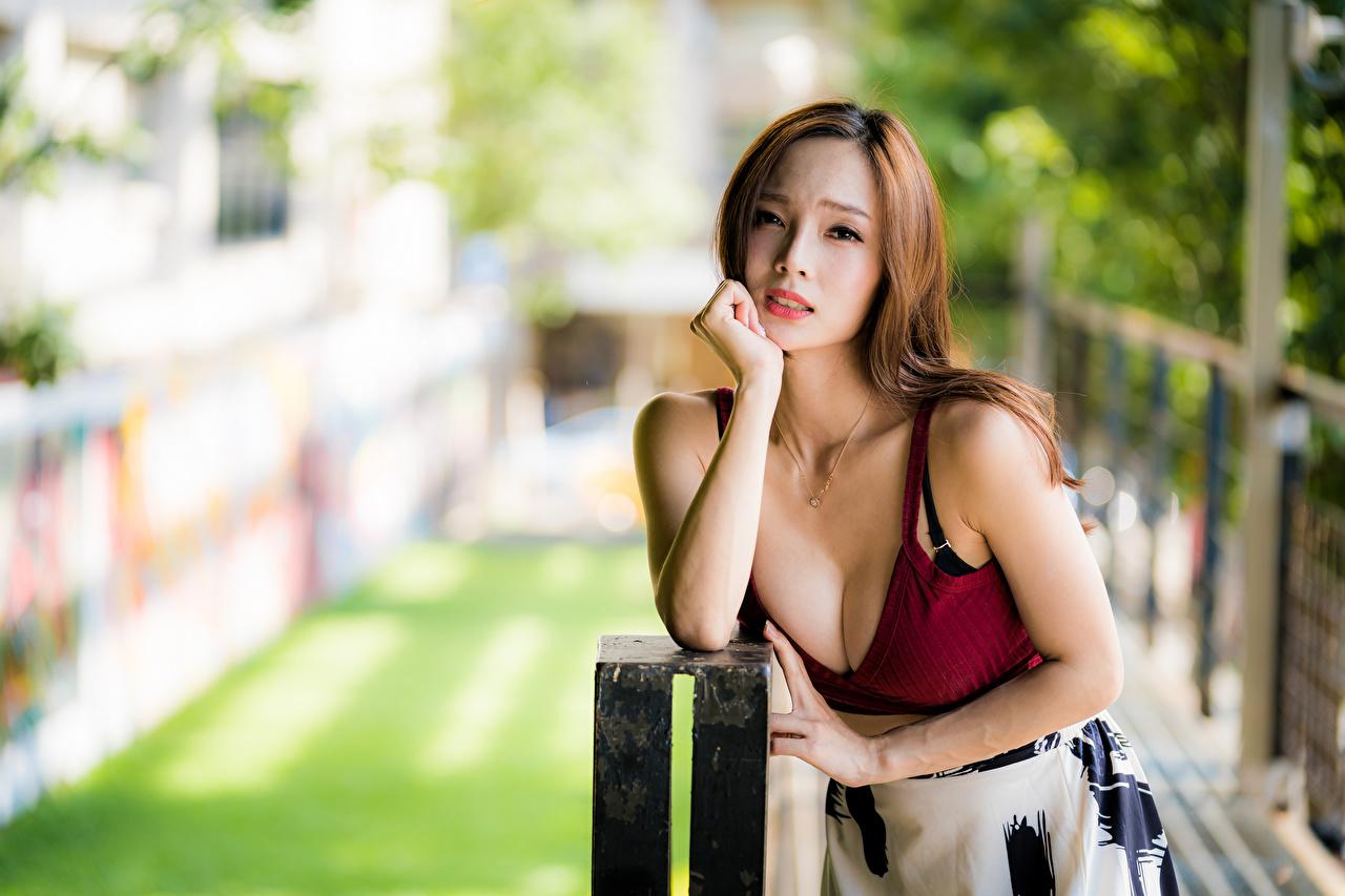 Foto Braunhaarige Bokeh dekolletee junge Frauen Asiaten Unterhemd Starren Braune Haare unscharfer Hintergrund Dekolleté Mädchens junge frau Asiatische asiatisches Blick
