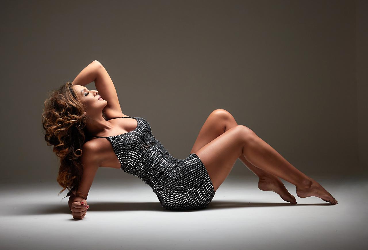 Foto ruhen Lockige Mädchens Bein Kleid Liegt Liegen hinlegen locken junge frau junge Frauen