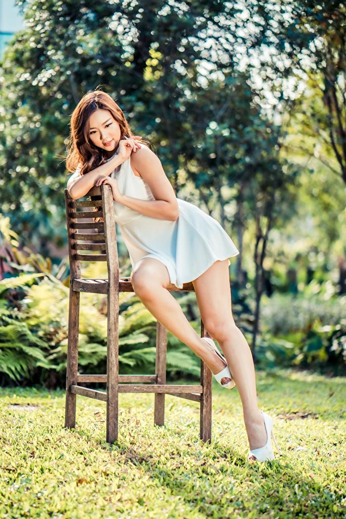 Fotos Bokeh Mädchens Bein Asiatische Stühle Kleid  für Handy unscharfer Hintergrund junge frau junge Frauen Asiaten asiatisches Stuhl