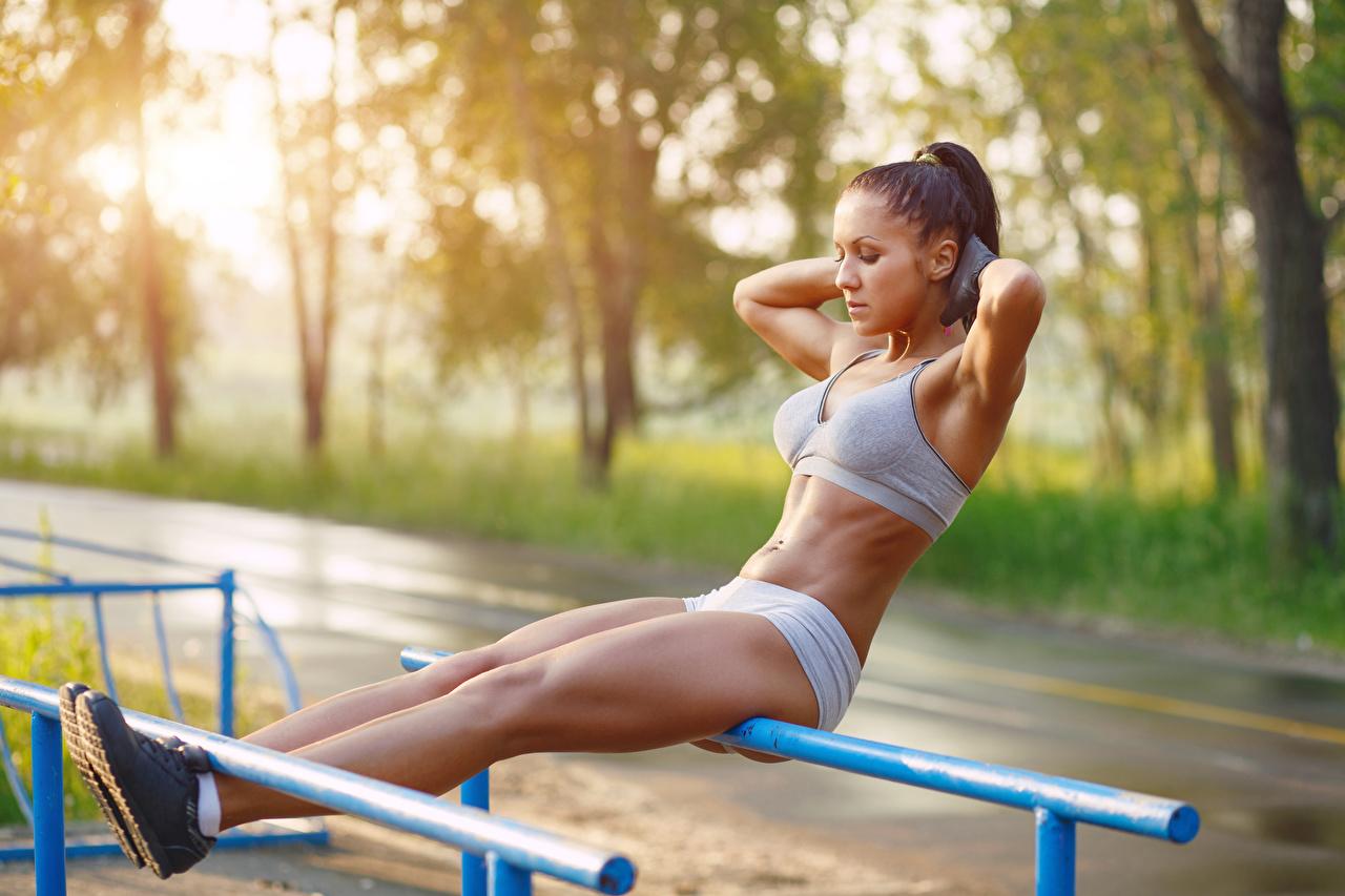 Desktop Hintergrundbilder Körperliche Aktivität Bokeh Fitness Sport Mädchens Bein Hand Trainieren unscharfer Hintergrund junge frau sportliches junge Frauen