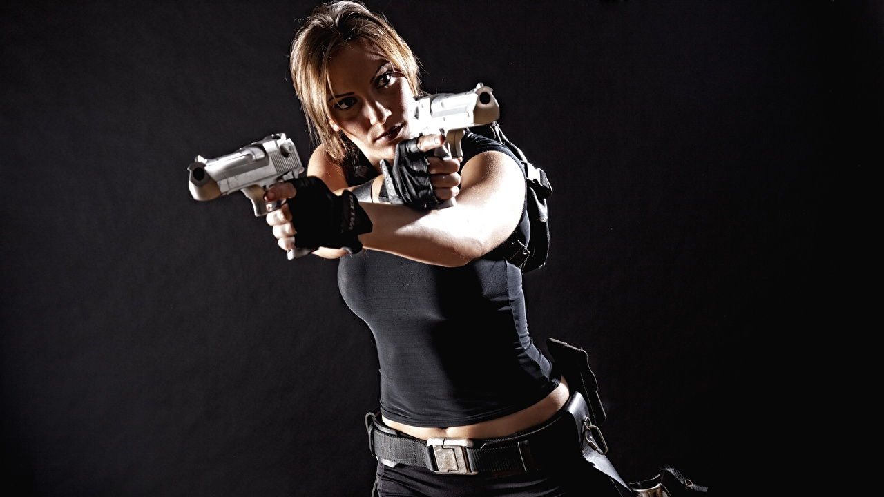 Bilder von Pistolen Lara Croft Cosplay Mädchens Hand Grauer Hintergrund Pistole junge frau junge Frauen