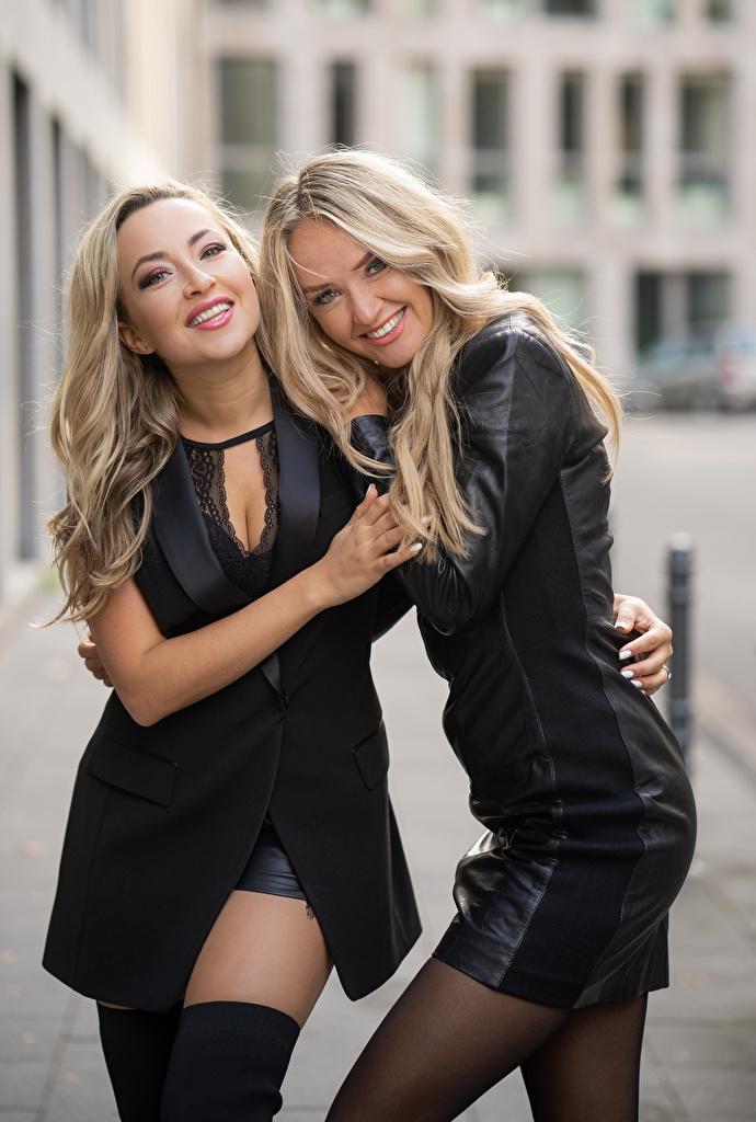Skrivebordsbakgrunn Blond jente Smil To 2 klemmer ung kvinne  til Mobilen Blonde Klem klemme Unge kvinner