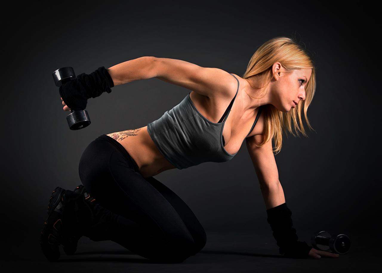 Fotos von Blond Mädchen Körperliche Aktivität Fitness Hantel junge Frauen Hand Seitlich Blondine Trainieren Hanteln Mädchens junge frau