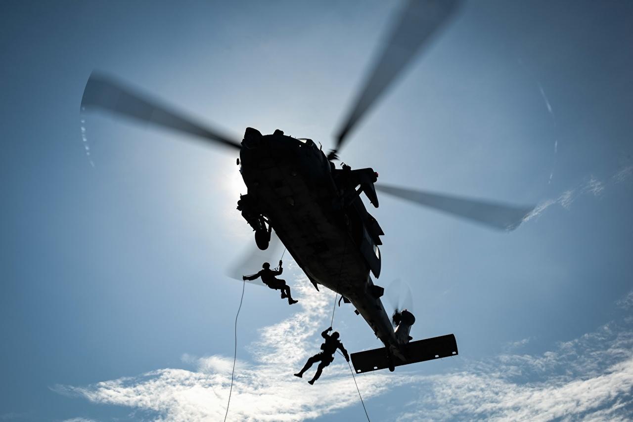 Foto Helikopters paratrooper Van onderaf Silhouet Militair Luchtvaart helikopter Landing troepen onderaanzicht silhouetten