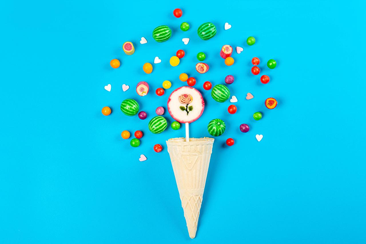 Bilder von Dragee Bonbon Dauerlutscher cornet Lebensmittel Farbigen hintergrund Eistüte das Essen