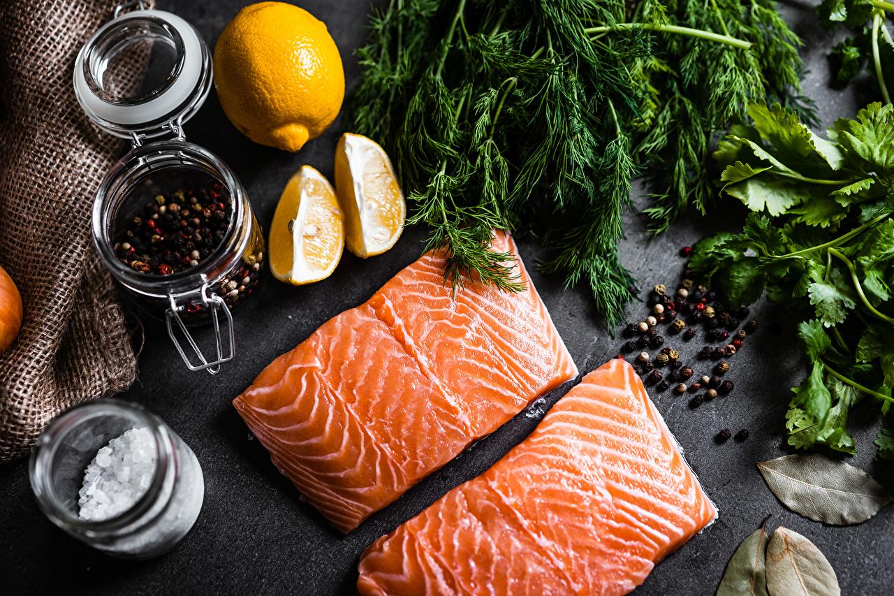 Foto Lachs Schwarzer Pfeffer Dill Zitrone stücke Fische - Lebensmittel Gewürze das Essen Stück Zitronen Lebensmittel
