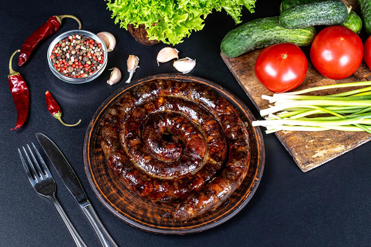 Fotos Messer Frühlingszwiebel Wurst Gurke Tomate Chili Pfeffer Schwarzer Pfeffer Knoblauch Gabel Lebensmittel Tomaten Essgabel das Essen