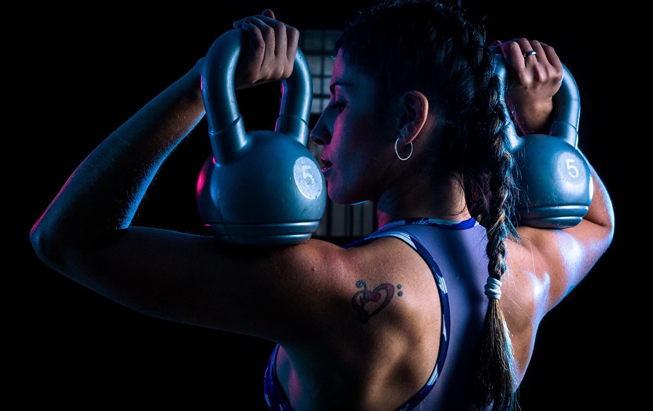 Bilder Zopf Laura Rücken Fitness Hantel Mädchens sportliches Sport Hanteln junge frau junge Frauen