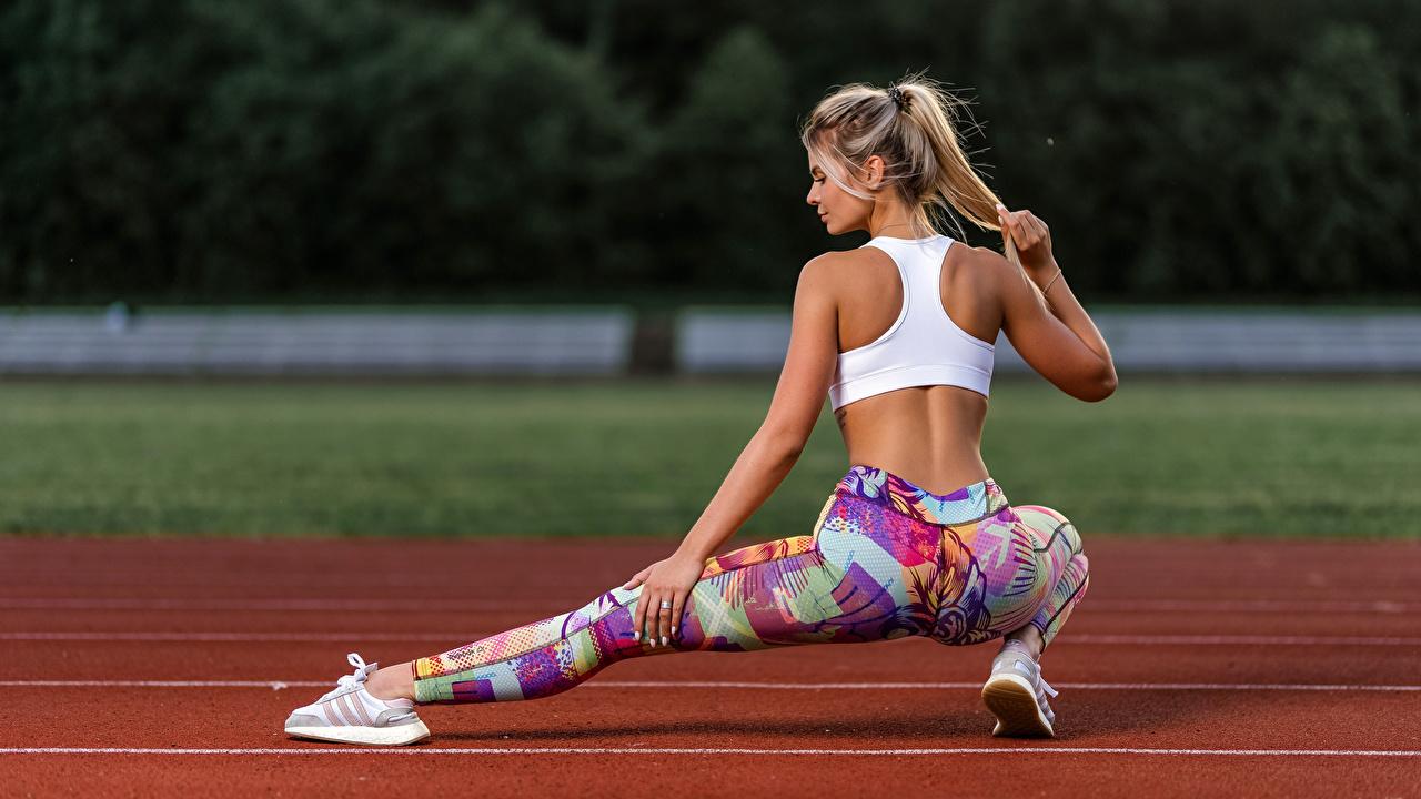 Bilder von Blond Mädchen Dehnübung Rücken Fitness Mädchens Bein Hand Hinten Blondine Dehnübungen junge frau junge Frauen
