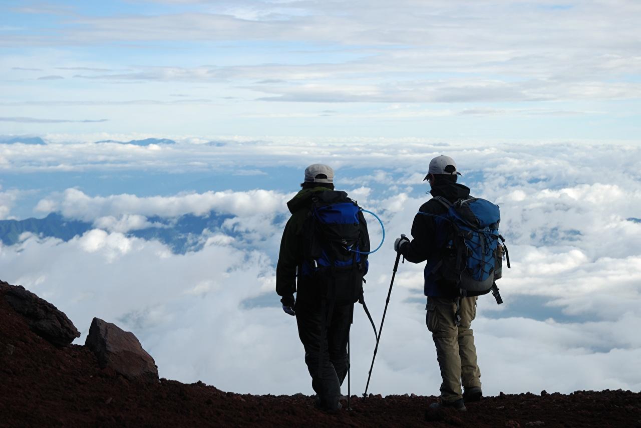 Desktop Hintergrundbilder Reisender Mann kletterer Rucksack Zwei Wolke Baseballcap Tourist Bergsteiger 2 baseballkappe baseballmütze