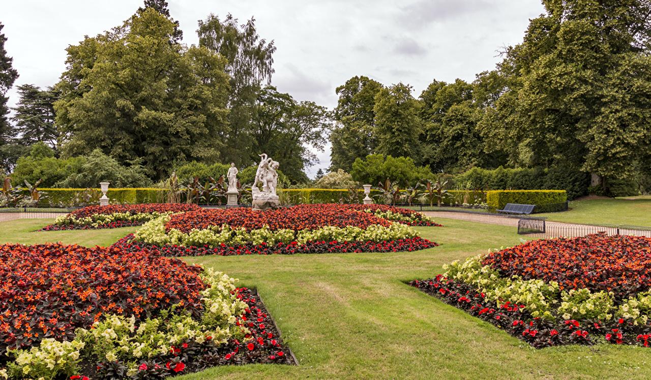 Immagine Regno Unito Waddesdon Manor Gardens Natura Giardino Tappeto erboso Arbusti La scultura Disegno giardini pelouse Prato rasato Cespugli